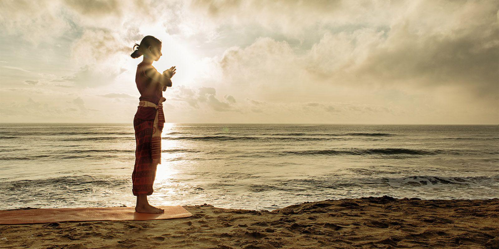 Fille zen sur la plage
